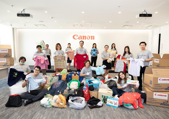 Canon Volunteers Spread Warmth to Those in Need